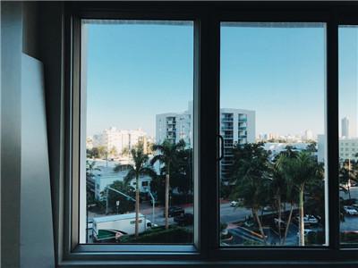 房子装修高层楼安装铝合金平开窗还是推拉窗比较安全?